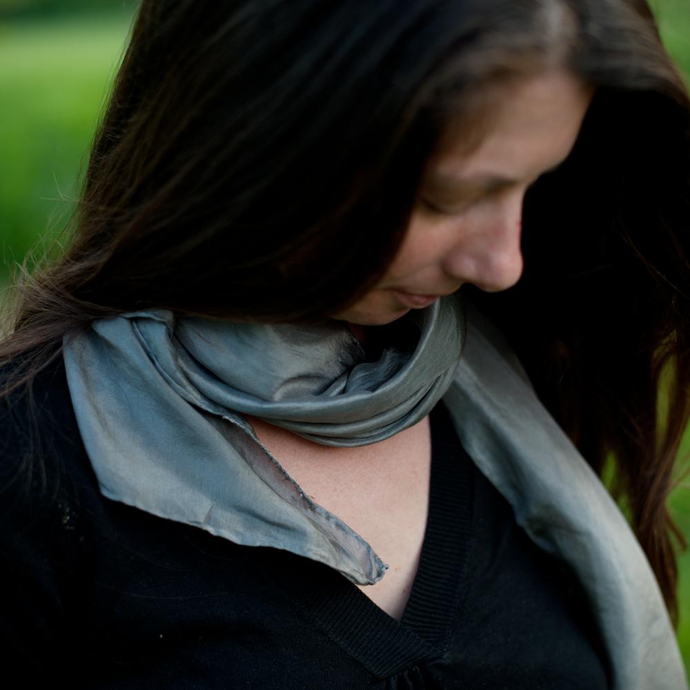 Foulard soie teinture naturelle gris moyen noix de galle 3 c pelure d 39 0 - Teinture tissus naturelle ...